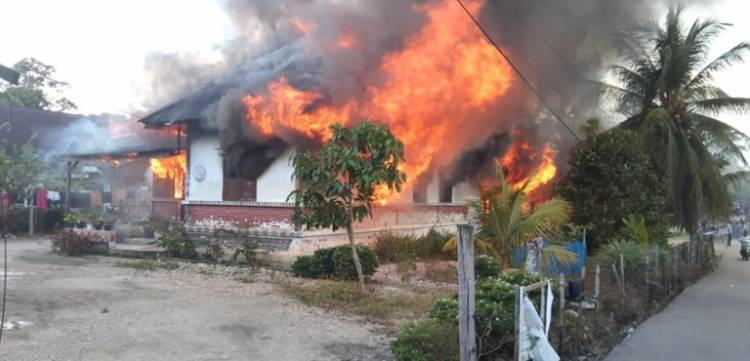 Kapolsek Ipda Yulanda Turun Langsung Bantu Pemadaman Kebakaran Rumah di Koto Menampung Kuok