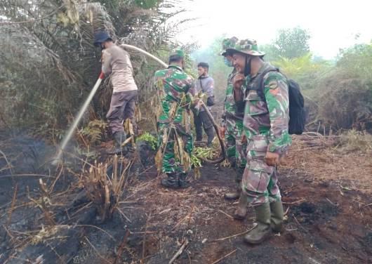Babinsa Koramil 05/Rupat Rupat Gelar Pendinginan dan Padamkan Karhutla di Kel. Tanjung Kapal