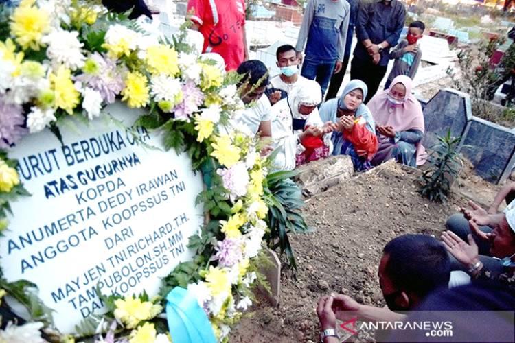 Keluarga Alm. Kopda Anumerta Dedi Irawan yang Gugur di Poso Diberi Santunan oleh Gubernur Riau
