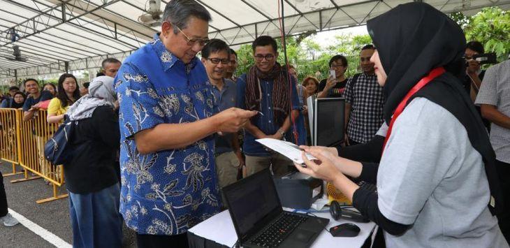SBY Nyoblos di Singapura, Sosok di Belakangnya Bikin Salfok