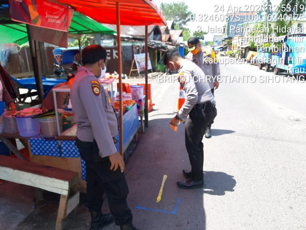 Polres Inhil Membuat Tanda Jaga Jarak di Pasar Wadai Jln Pangeran Hidayat Tembilahan