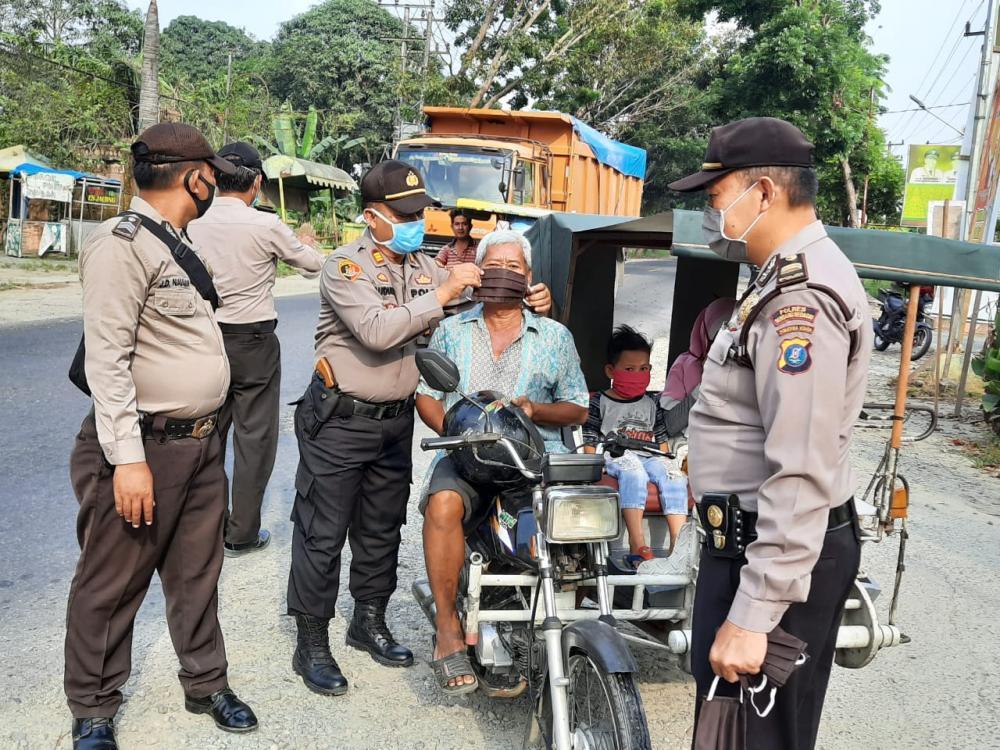 Polres Sergai Bagikan Masker ke Pengguna Jalan
