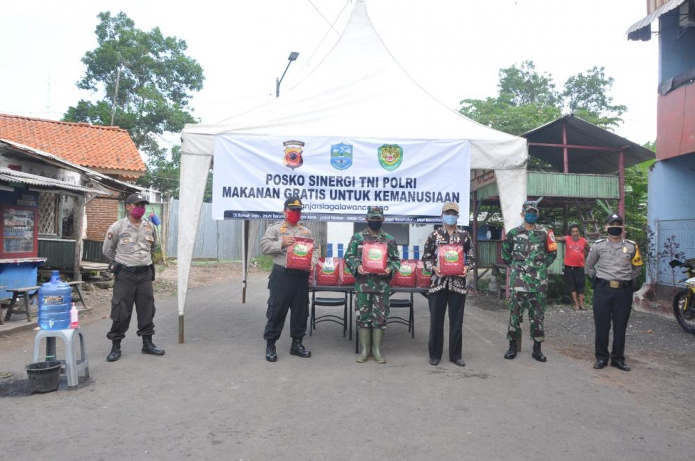 Polsek Pataruman dan Koramil1325 Berikan Sembako Kepada Warga Kurang Mampu