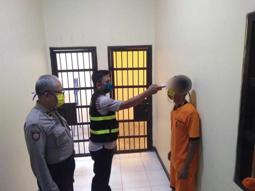 Satuan Tahti Polres Banjar Bagikan Masker Kepada Para Tahanan