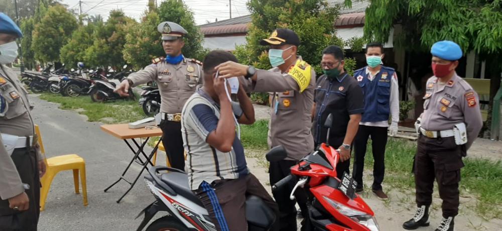 Ops Keselamatan Lancang Kuning 2020, Polres Kampar Bagikan Masker kepada Pengguna Jalan