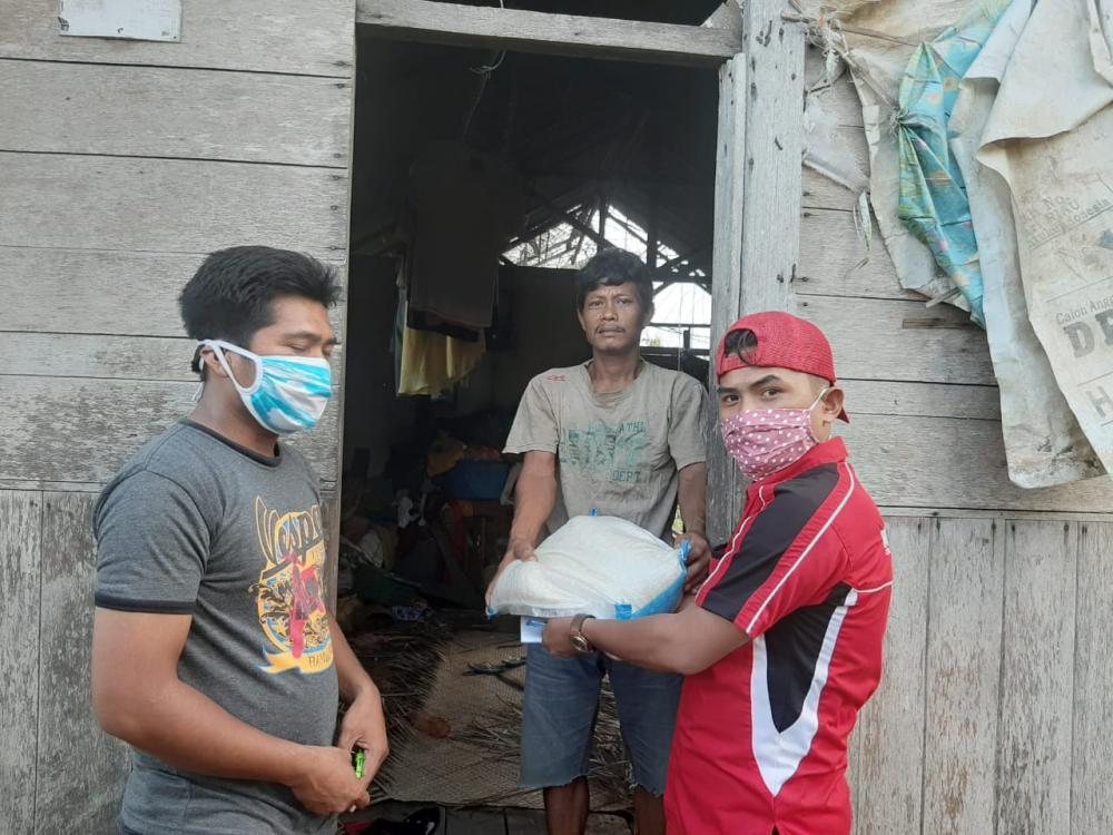 PD IWO Inhil Salurkan Sembako ke Warga Kurang Mampu Terdampak Covid-19