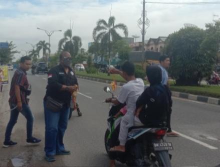 Lawan Covid-19, IWO Pelalawan Bersama Toko Harga Pas Bagikan 2000 Masker Gratis