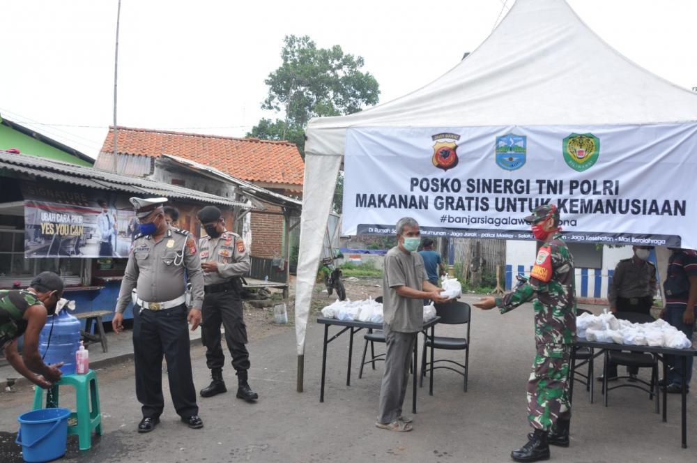 Polres Banjar Bersama TNI Kembali Bagikan Makan Gratis