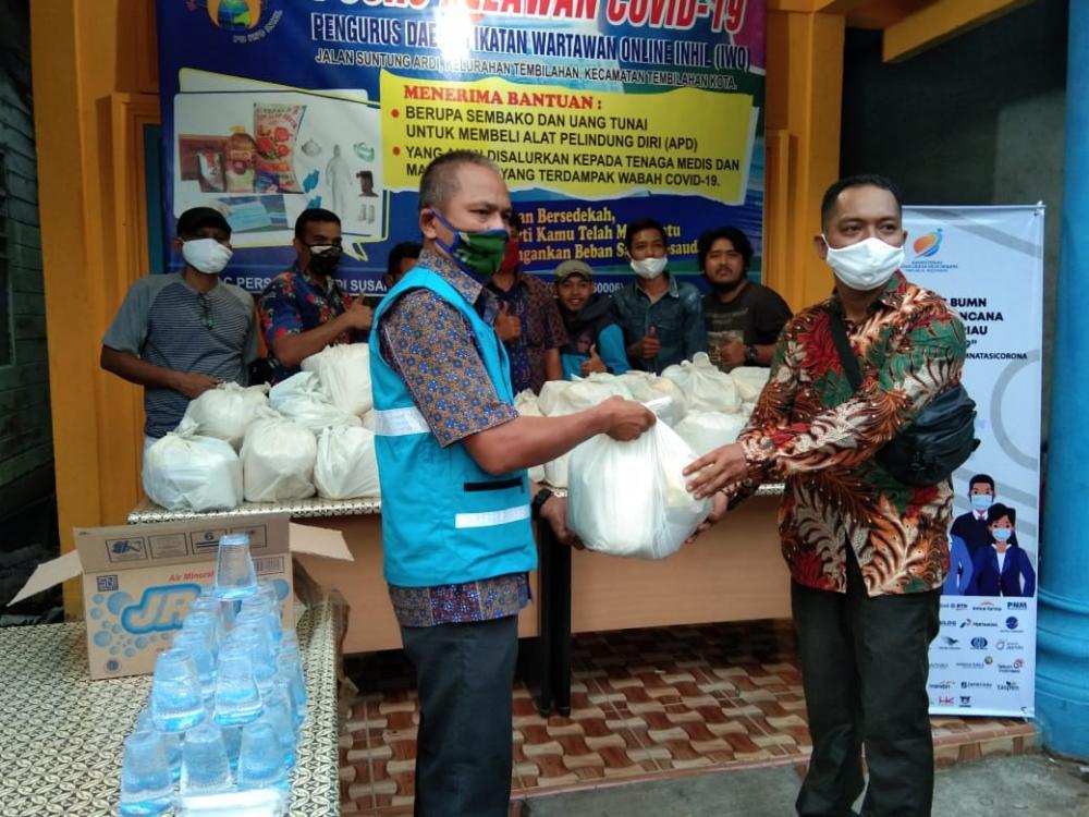 Posko Relawan Covid-19 IWO Inhil Terima Titipan Paket Sembako dari PLN Tembilahan