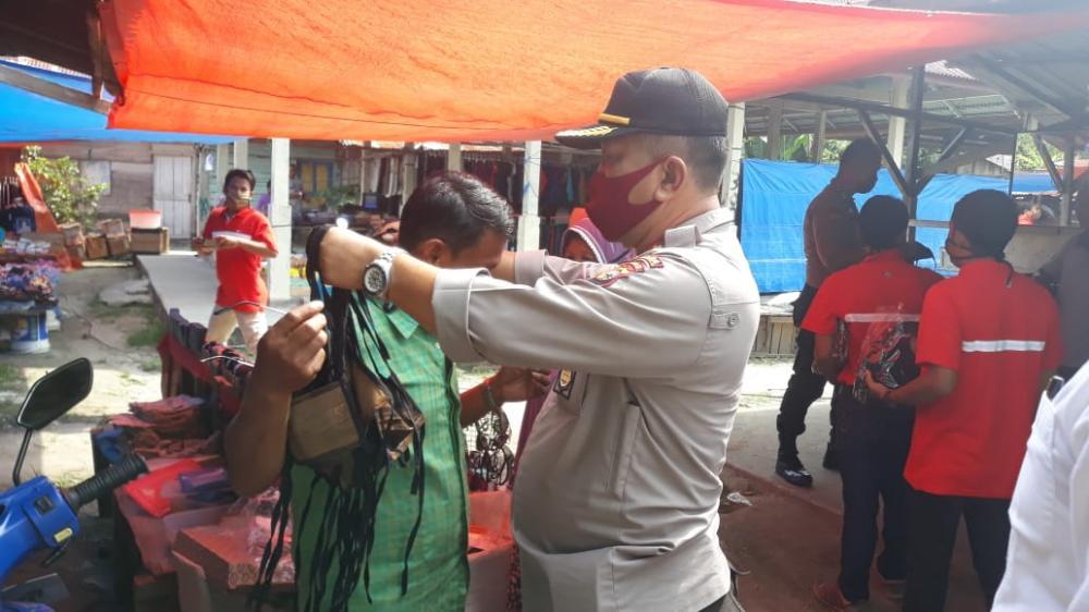 Polsek Tapung Bersama Karang Taruna Bagikan 1000 Masker untuk Warga Desa Sari Galuh