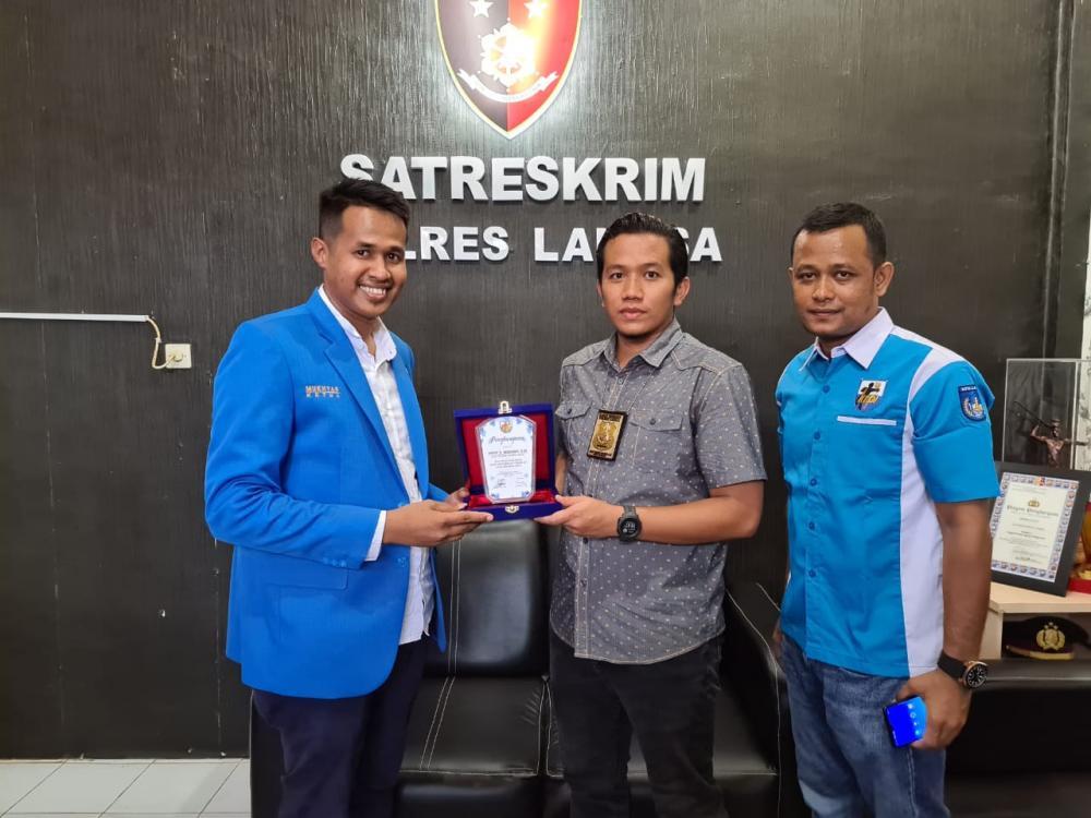DPD KNPI Langsa Serahkan Plakat dan Sertifikat kepada Kasatreskrim Polres Langsa.