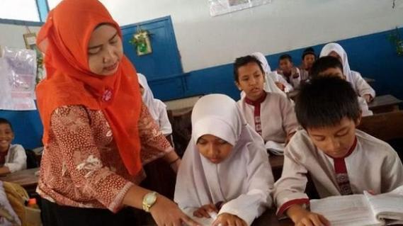 RR: Tunjangan Guru di Pangkas 3,3 T ,Stafsus Presiden Dapat Proyek Pelatihan Online 5,6 T