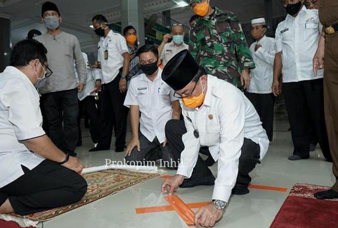 Bupati HM Wardan Pasang Tanda Untuk Sholat Berjamaah Di Mesjid