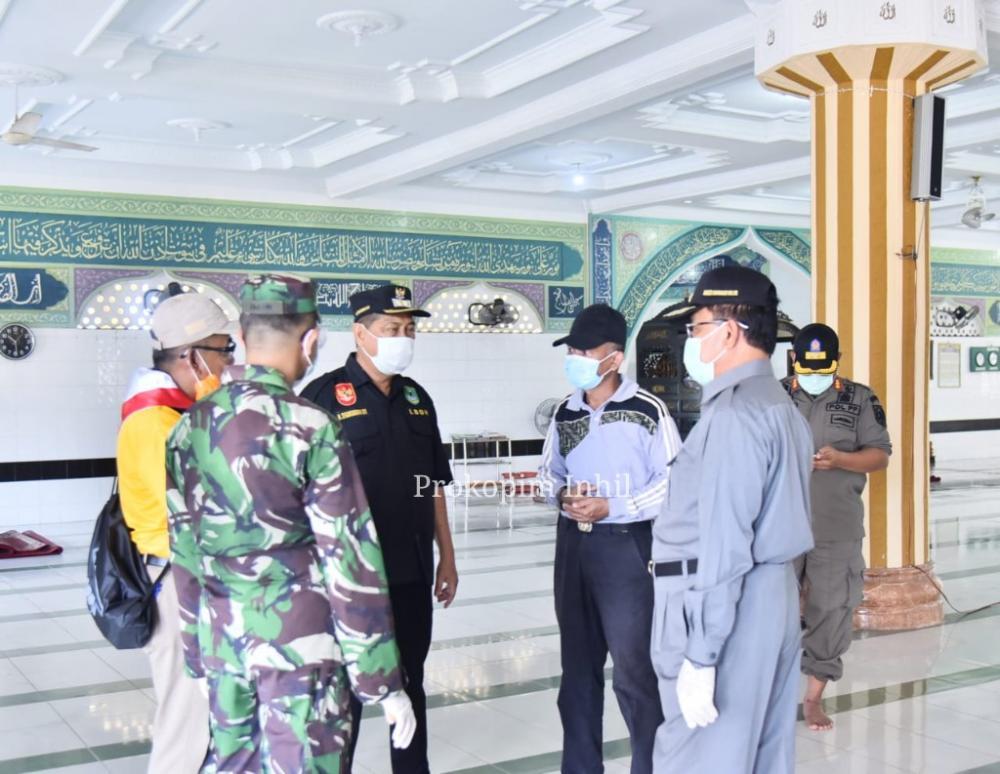 Tim Gugus Tugas Covid 19 Inhil Yang Dipimpin HM Wardan Melaksanakan Penyemprotan Pembagian Cairan Disinfektan Sampai Kecamatan