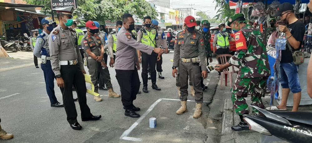 Polres Kampar Bersama TNI dan Pemda Lakukan Rekayasa  Penertiban Pasar Ramadhan Cegah Covid-19