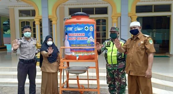 Warga Kepenghuluan Harapan Makmur Selatan Terima 1000 Masker dan Tempat Cuci Tangan Portable