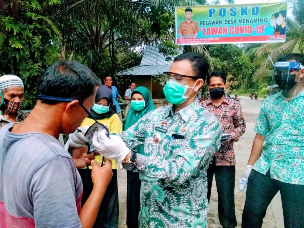 Pj Kades Manaming, Lakukan Penyemprotan Disinfektan Dan Pembagian Masker