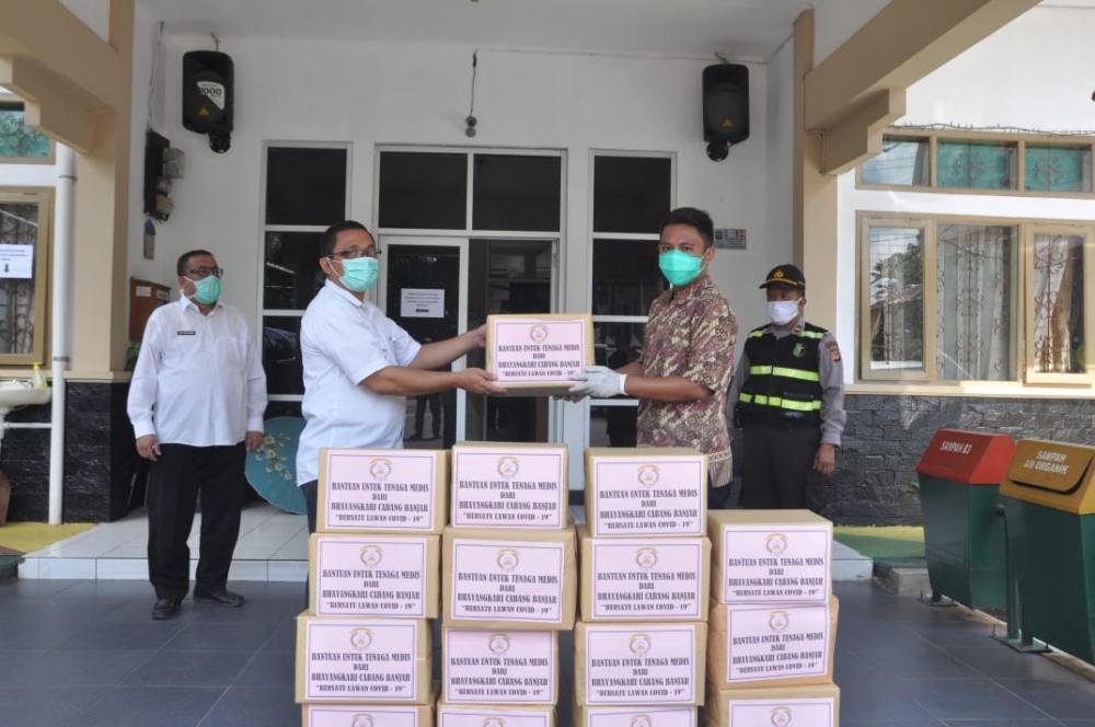 Bhayangkari Cabang Banjar bagikan Masker melalui Dinas Kesehatan Kota Banjar.