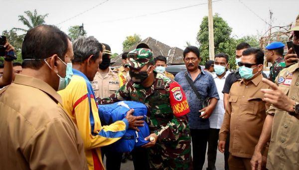 Dandim 0104/Atim Bersama Walikota Langsa Serahkan Bantuan Korban Kebakaran