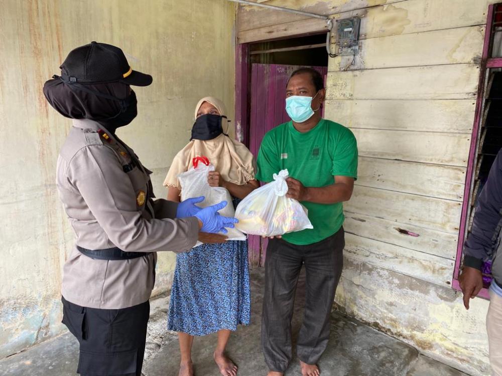 Polsek Langsa Berbagi Sembako di Tengah Pandemi Covid-19