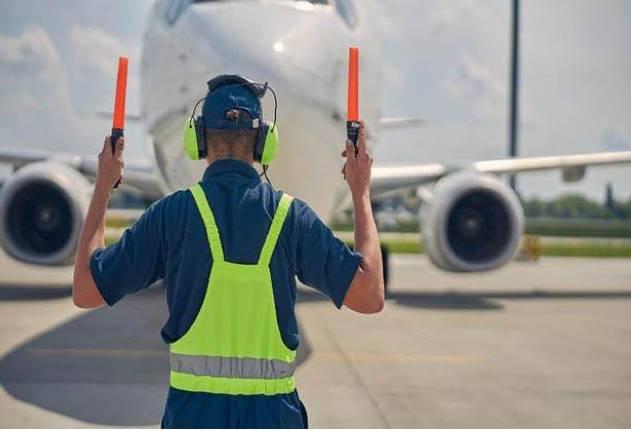 Gaji Tukang Parkir Pesawat Alias Marshaller Di Negara Maju Rp 500 Juta Sampai Rp 1 M Pertahun Di Indonesia Berapa ?