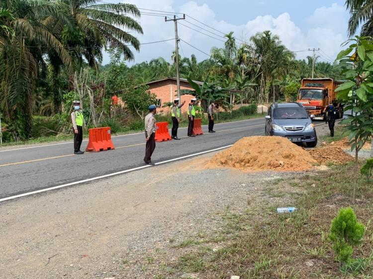 Cegah Mudik Lebaran,Polres Inhil Sekat Perbatasan Riau Jambi Jalan Lintas Timur Km 295 Kelurahan Selensen