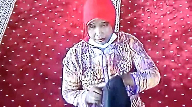 Seorang Wanita di Padang Terekam CCTV Curi Uang Jemaah, Modusnya Pura-pura Sholat Ashar