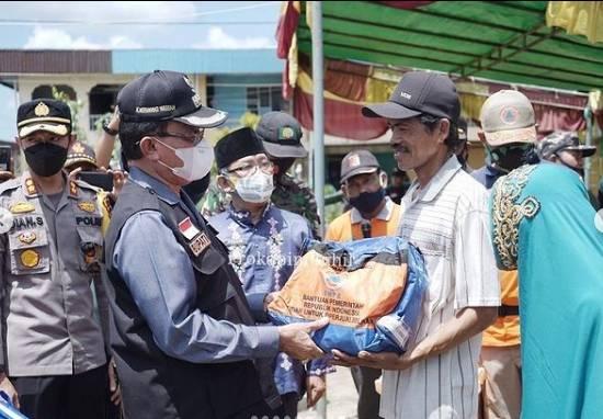 Bupati HM.Wardan Pimpin Lansung Bakti Sosial Penyerahan Bantuan Korban Angin Puting Beliung di Reteh.