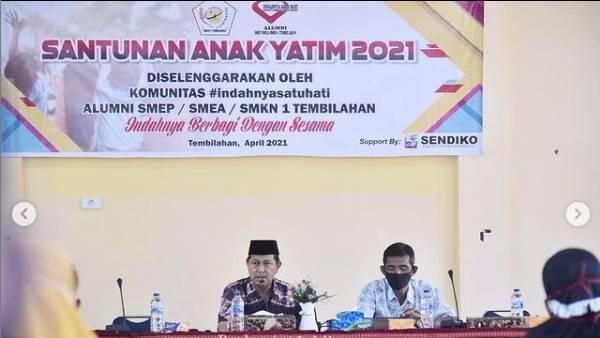 H.Syamsuddin Uti Ketua Dewan Pembina Komunitas Indahnya Satu Hati SMKN 1 Tembilahan Santuni Anak-anak Yatim.