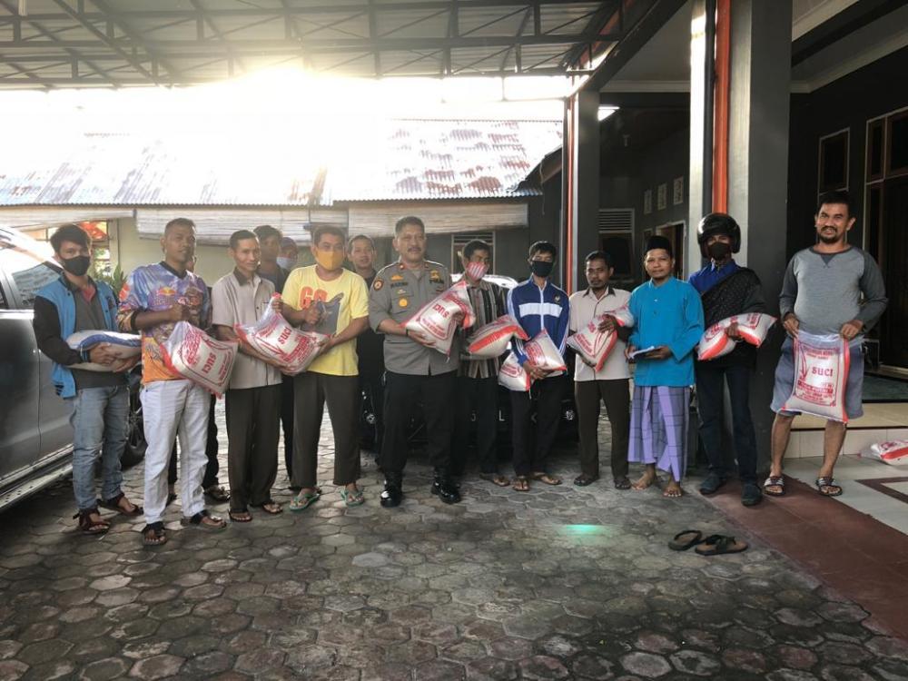 Kapolsek Tapung Bantu CS Islamic Center dan Warga Kurang Mampu