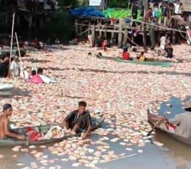 Warga Berebut di Air, Kapal Pengangkut Sembako Karam di Sungai Siak Pekanbaru