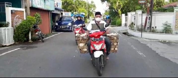 Relawan IWO Inhil Bagikan Paket Sembako, Pengantaran Menggunakan Keranjang