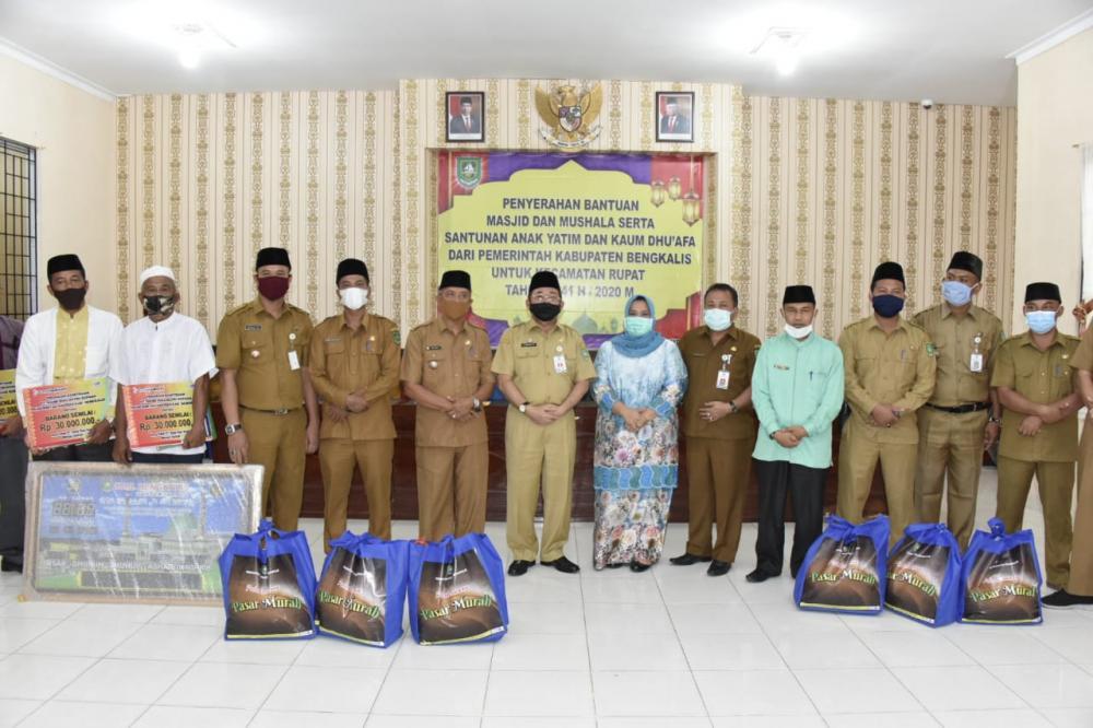 Plh Bupati Bengkalis Salurkan Bantuan Masjid dan Santunan Anak Yatim serta Kaum Dhu'afa di Kecamatan Rupat
