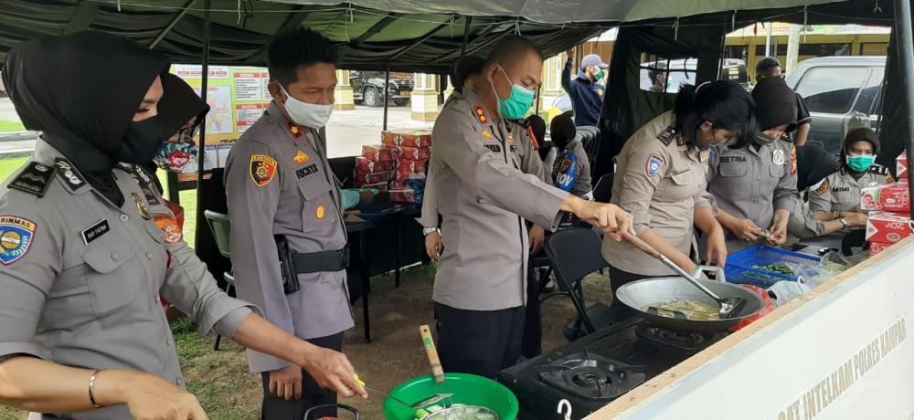 Dapur Umum Polres Kampar Sajikan 350 Nasi Kotak Untuk Warga Kurang Mampu Terdampak Covid-19