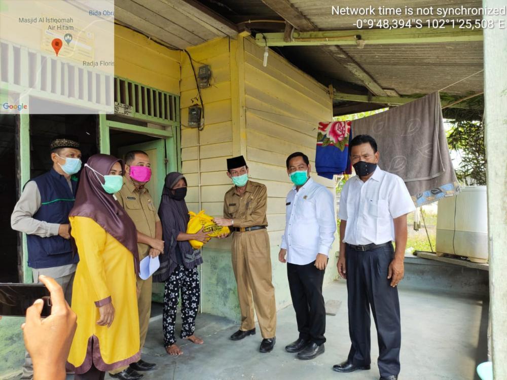 Wakil Bupati Pelalawan Serahkan Bantuan Sembako Kepada Warga Korban Banjir Di Dua Desa Yang Ada Di Kecamatan Ukui