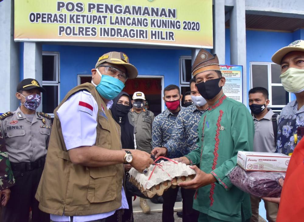 Tinjau Posko Gugus Tugas Covid-19 Kecamatan Tanah Merah Wabup  Serahkan Paket Sembako Kepada Petugas