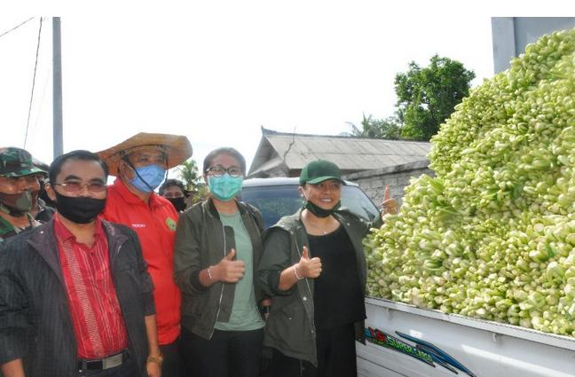 Bupati Tabanan Bali,Borong 10 Ton Sayur Sawi Di Bagikan Gratis Kepada Masyarakat