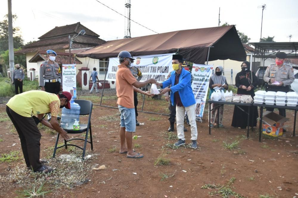 Polres Banjar Bangum Dapur Umum Di Mapolsek Kota Banjar Hasil Kan Nasi 400 Kotak Untuk Dibagikan Pada Masyarakat Terdampak Covid 19