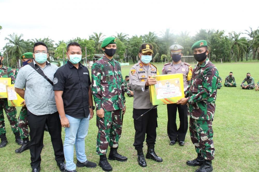 Jalin Sinergitas TNI-Polri, Kapolres Sergai Bagikan Bingkisan Lebaran Kepada Personel Yonif 122/TS
