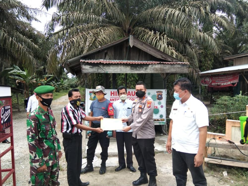 Kunjungi Relawan Covid-19 di Wilayah Lima Desa, Upika Tapung Hulu Berikan Piagam Penghargaan