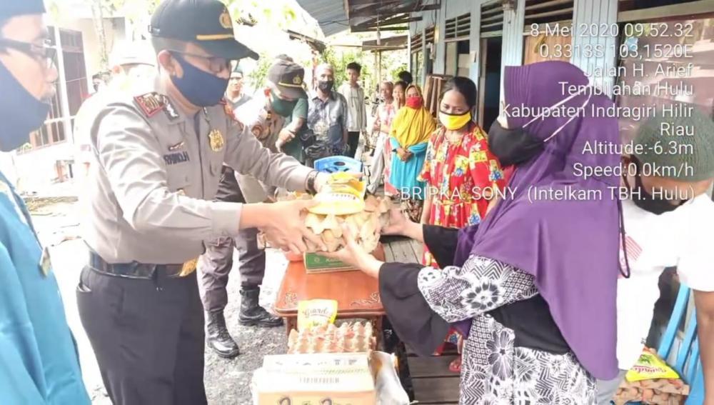 Jum'at Amal, Polsek Tembilahan Hulu Berikan Bantuan kepada Korban Kebakaran