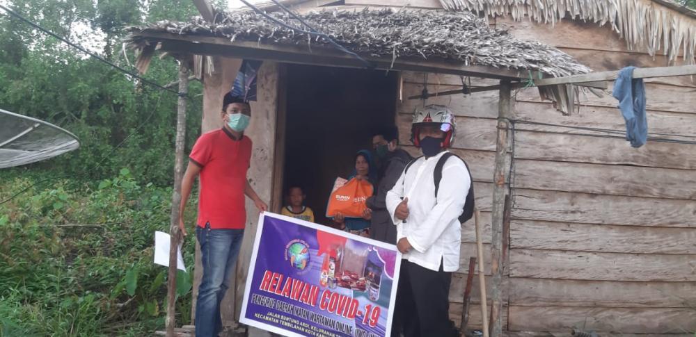 *Relawan IWO Inhil Menyisir Jalanan Menyerahkan Bantuan Langsung Dari Rumah ke Rumah*