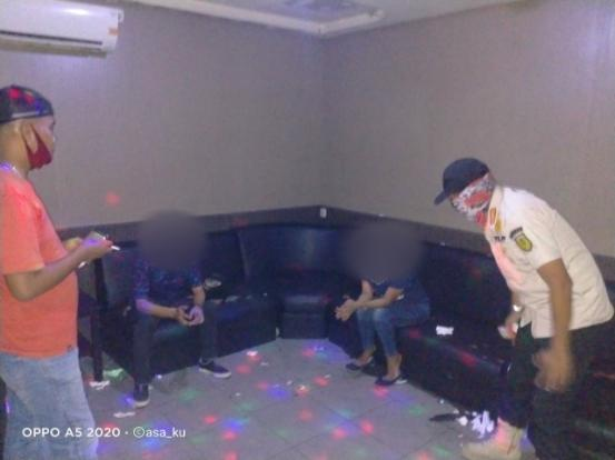Karaoke Buka Saat Pandemi Covid 19 Petugas Amankan Satu Pasang Pria dan Wanita di Tembilahan