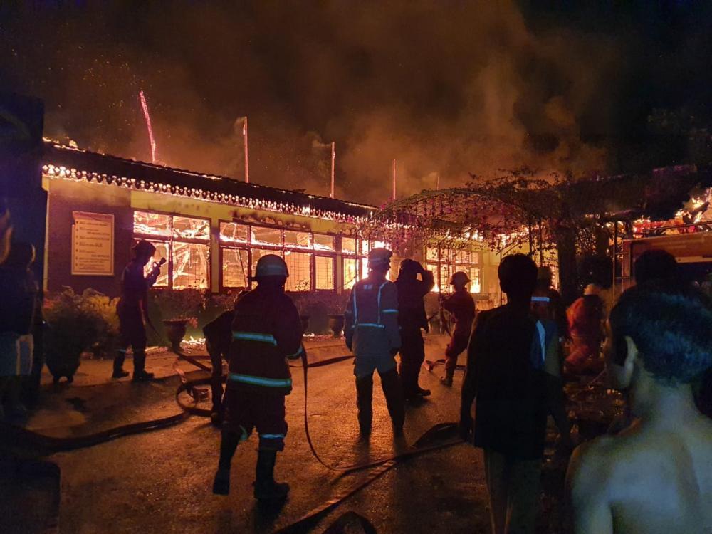 Diduga Konsleting Listrik, Tengah Malam SMPN 7 Pekanbaru Hangus Terbakar