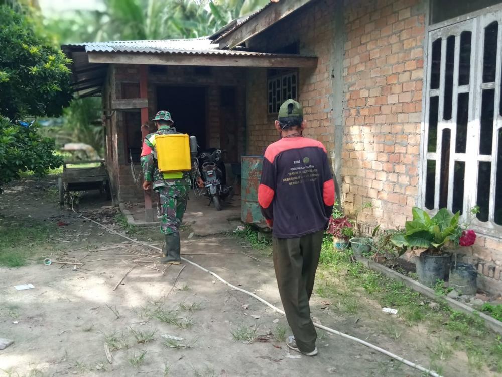 Upayakan Memutus Mata Rantai Penyebaran Covid-19, Babinsa Koramil 05/RupatAjak Warga Semprotkan Disinfektan.