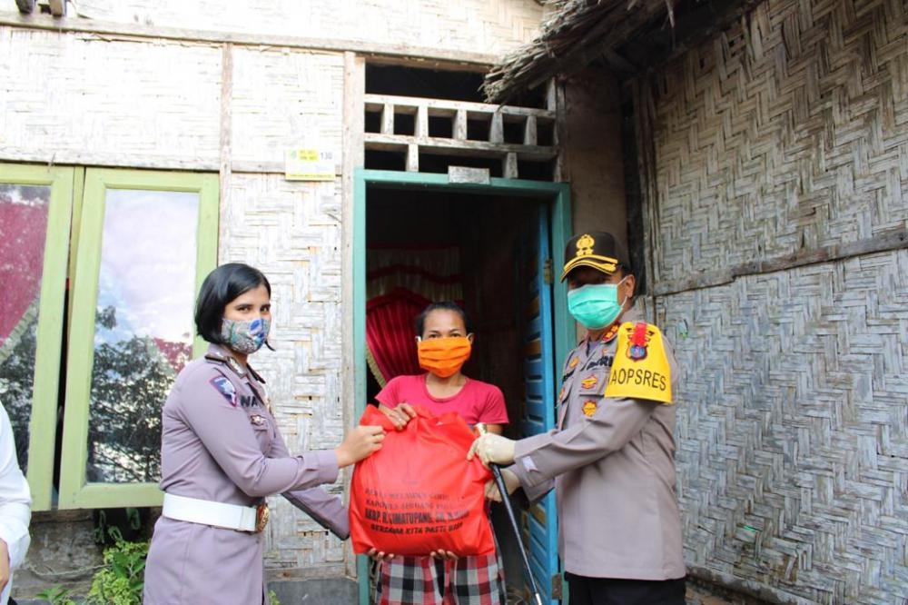 Kapolres Sergai Bagikan 150 Paket Sembako Kepada Warga Kurang Mampu di Kelurahan Melati I