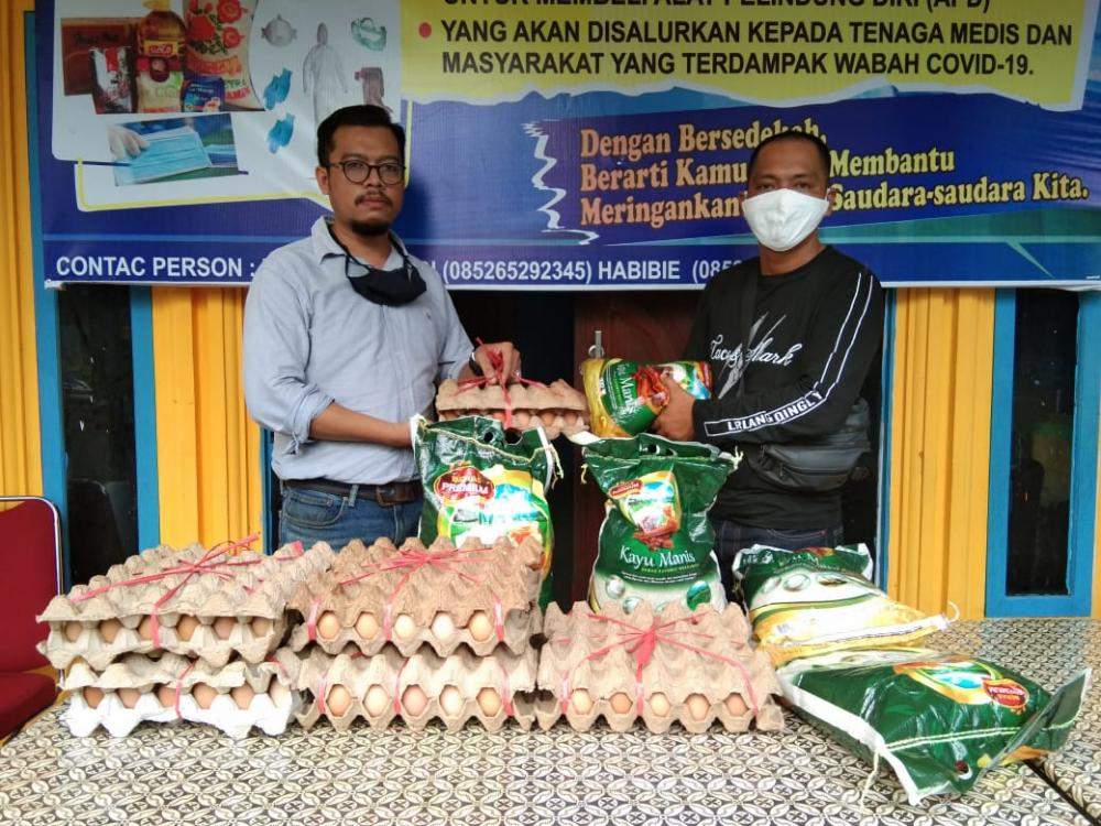 IPMI Bersama Kantor Advokat YP Sikumbang,Salurkan Paket Sembako  Melalui Posko IWO Inhil*