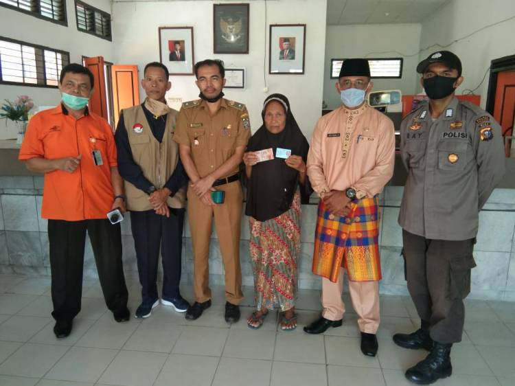 101 Warga Kelurahan Rawang Empat Terima Bantuan Sosial Tunai