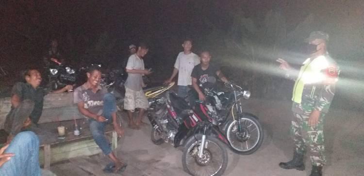 Penerapan New Normal Koramil 05/Rupat Kodim 0303/Bengkalis Gelar Patroli Malam Cegah Covid-19