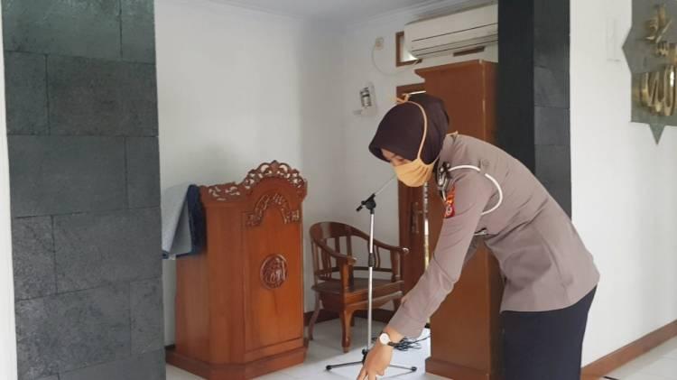 Personil Polres Banjar Bersihkan Mesjid di Area Mapolres dan Mapolsek
